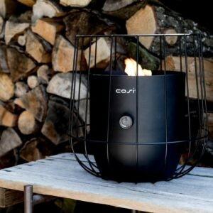 Cosiscoop Basket i sort i et udendørsmiljø