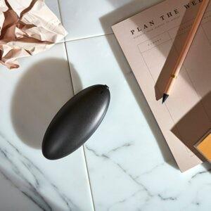 Mignis Stone bordlighter i sort placeret på et bord